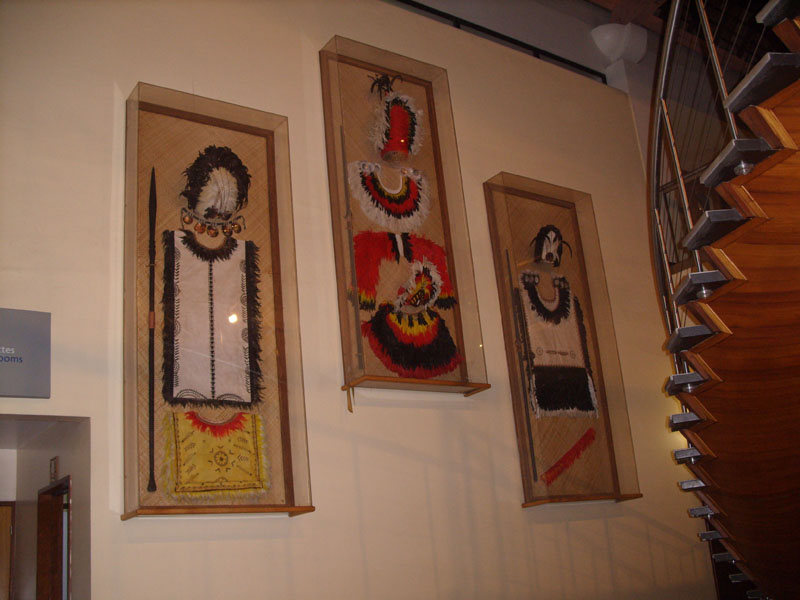 Tahaa. Tenues de chefs Maori exposées à l aéroport de Faaa à Papeete